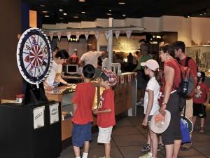 Playing the wheel of fortune / Faire tourner la roue de fortune