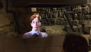 Video images reflected onto a clear glass screen / Images vidéo réfléchies sur un écran de verre transparent