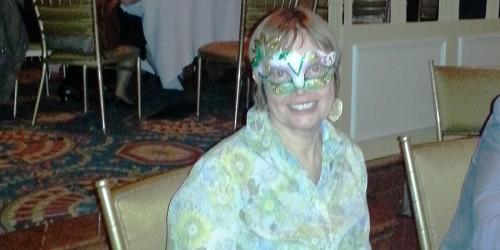 Woman wearing a mask./Une femme masquée.