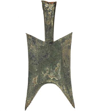 A shovel-shaped piece of flat metal with long pointed corners.